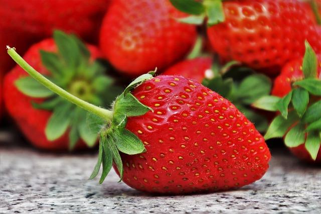 Strawberries 3359755 640